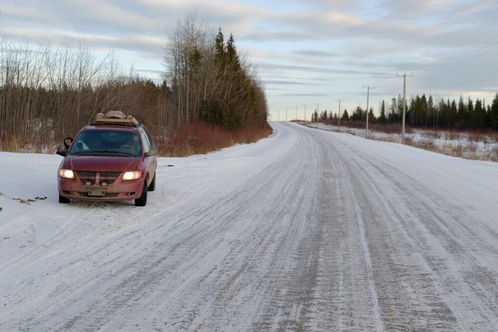 Unser Auto auf einer Schotterstraße in Alberta
