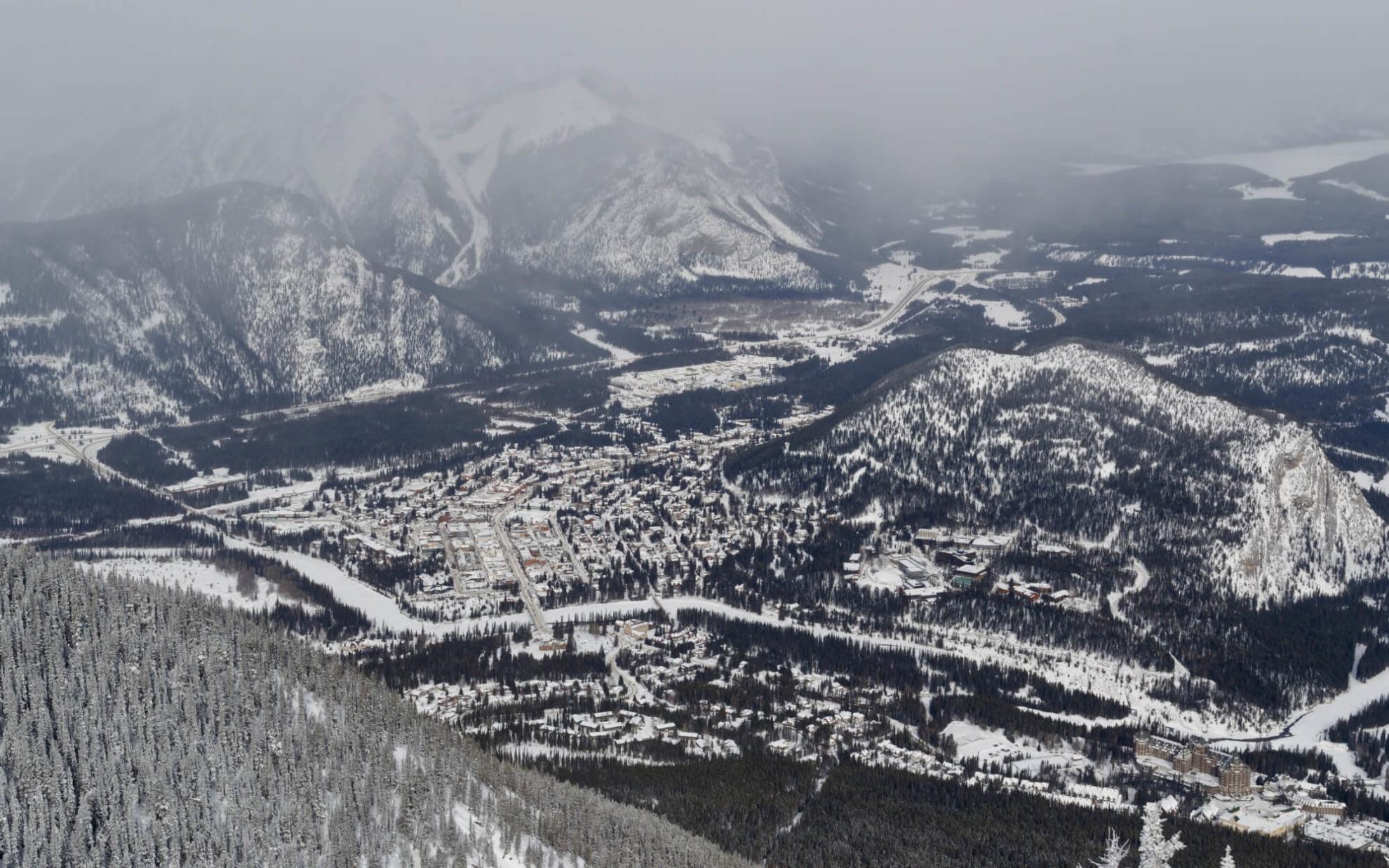 Blick auf die Stadt Banff vom Gipfel des Sulphur Mountain