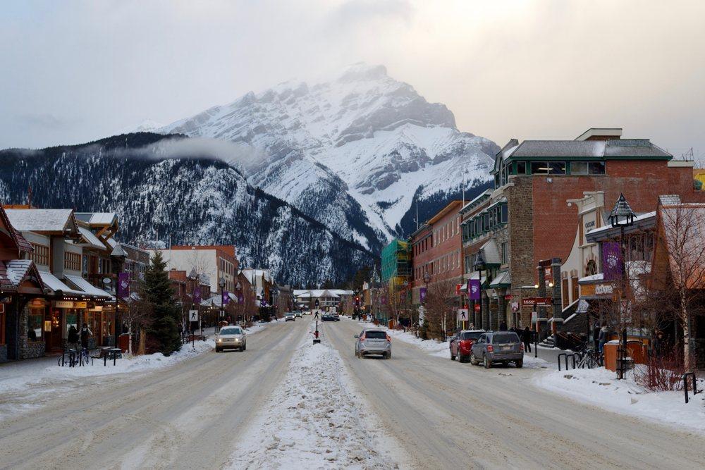 Der Ort Banff im gleichnamigen Nationalpark liegt mitten in den Rocky Mountains.