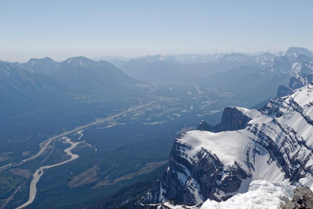 Blick vom Gipfel des Mount Rundle auf die Kleinstadt Canmore, die schon außerhalb des Banff-Nationalparks liegt.