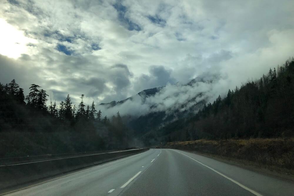 Wolkenverhangene Berge zwischen Kamloops und Vancouver