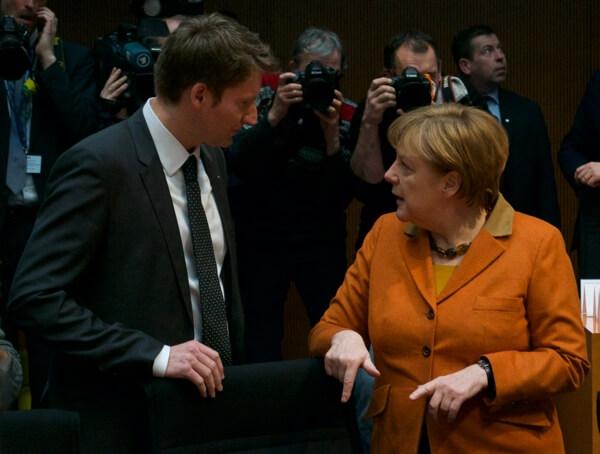 Letzte öffentliche Sitzung: Der Ausschussvorsitzende Patrick Sensburg unterhält sich mit der Zeugin Angela Merkel