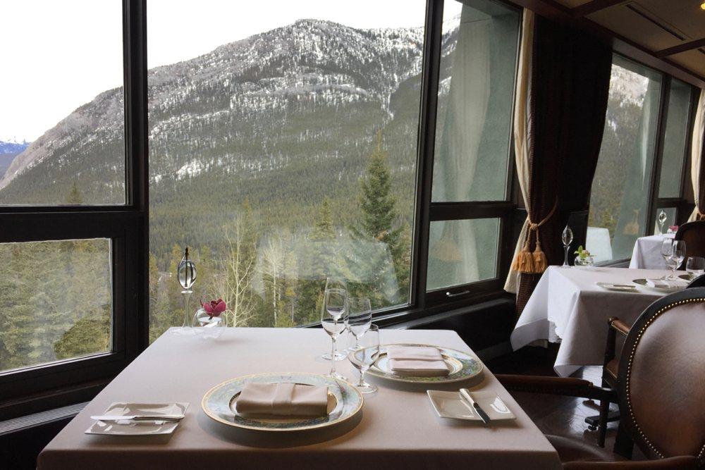 Vom Fünf-Sterne-Restaurant »Eden« hat man einen tollen Ausblick auf die Rocky Mountains