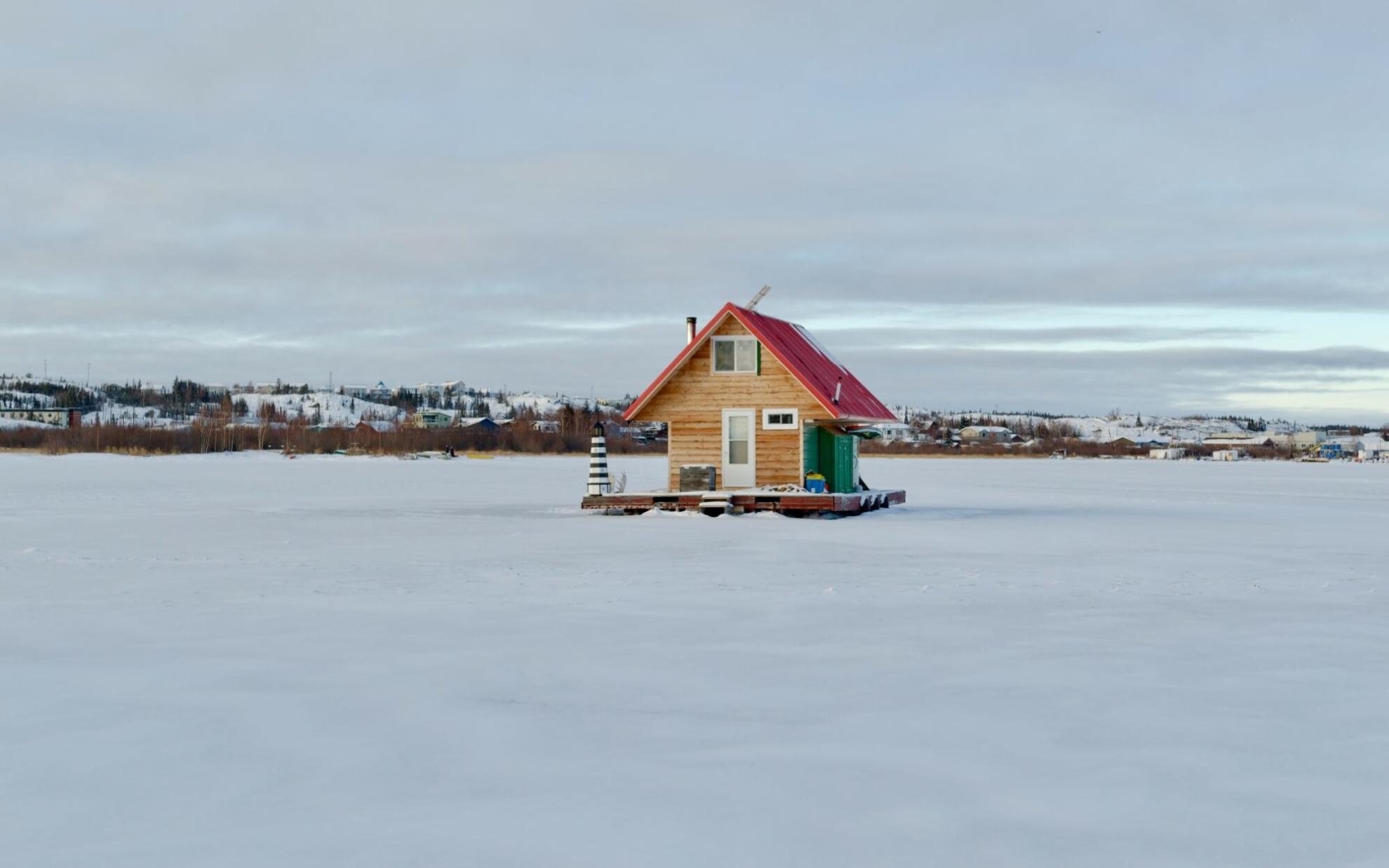 Ein schwimmendes Haus auf dem zugefrorenen Großen Sklavensee vor Yellowknife