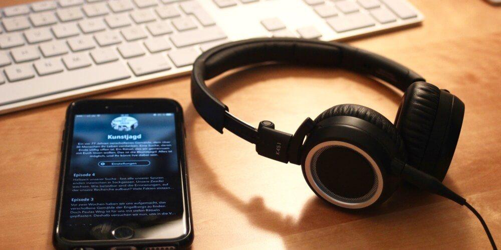 Smartphone mit geöffnetem Podcatcher
