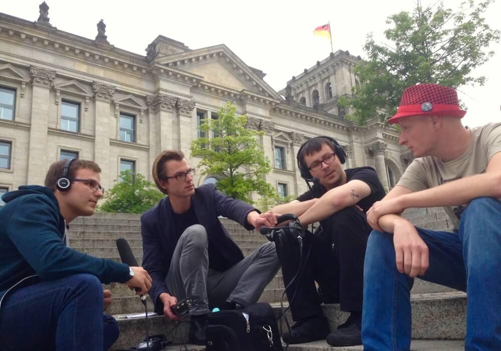 Ein Teil des Technische Aufklärung-Teams beim Podcasten am Reichstagsufer. V.l.n.r.: Jonas Schönfelder, Felix Betzin, Daniel Lücking, Andre Meister