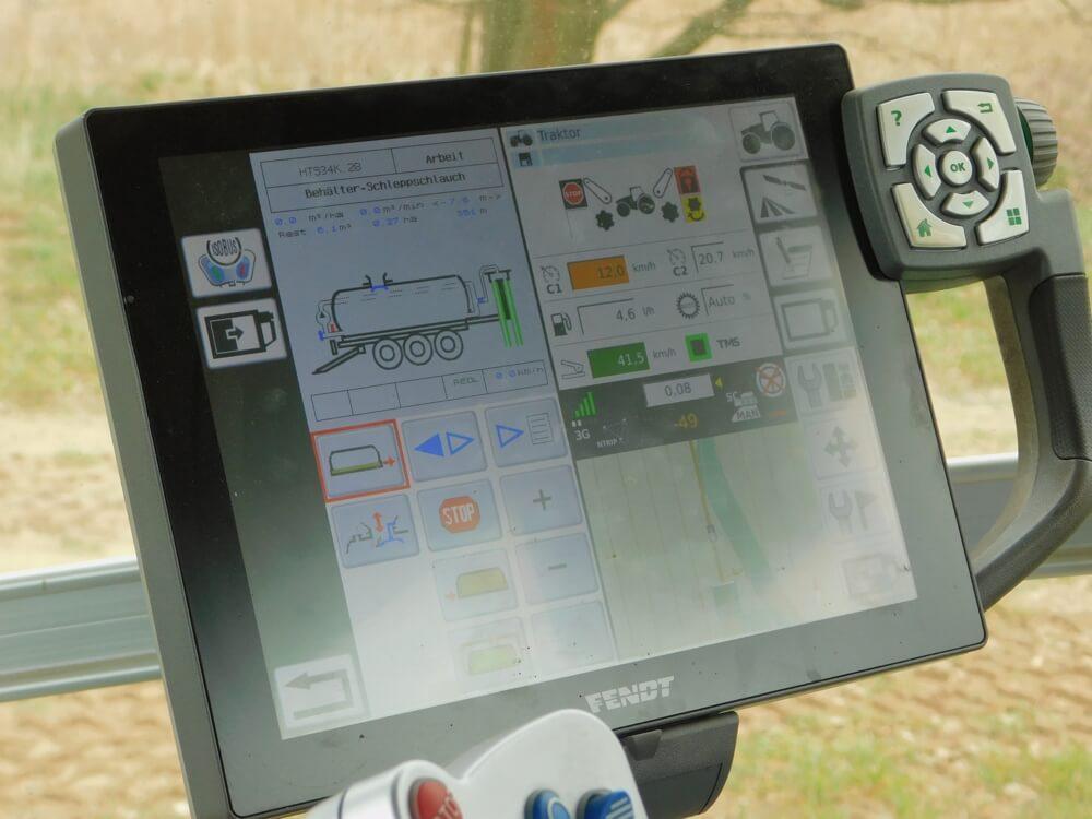 Ein Touchscreen in der Fahrerkabine eines Traktors dient als Bedienzentrale.