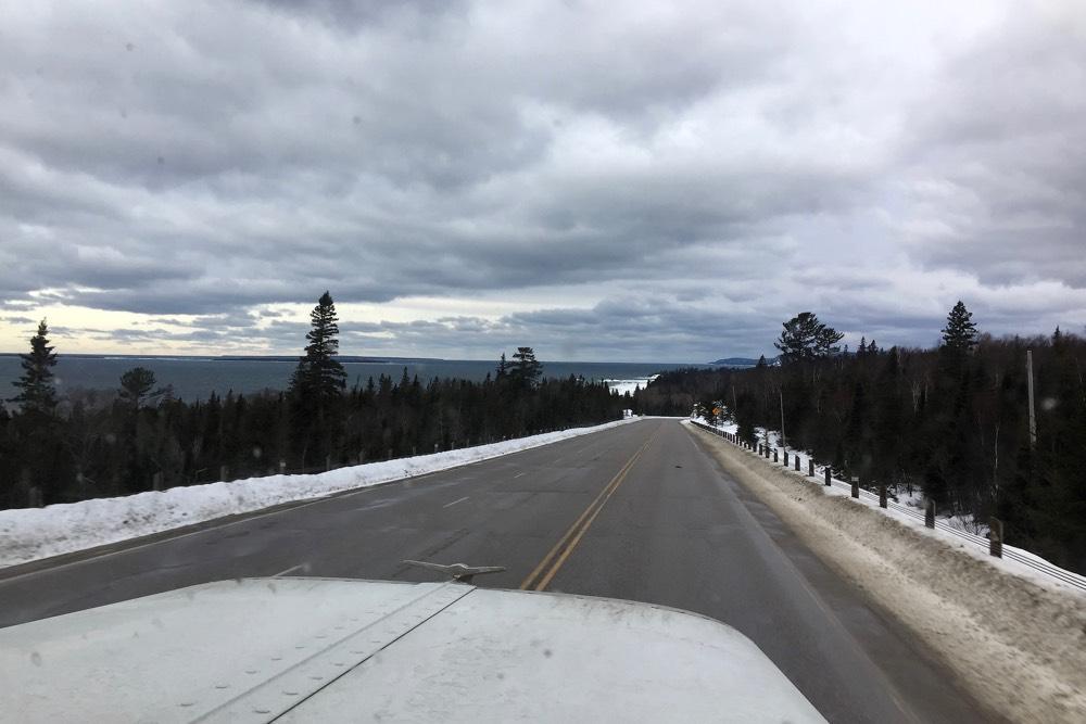 Blick aus dem LKW auf den Trans-Canada Highway und den Lake Superior