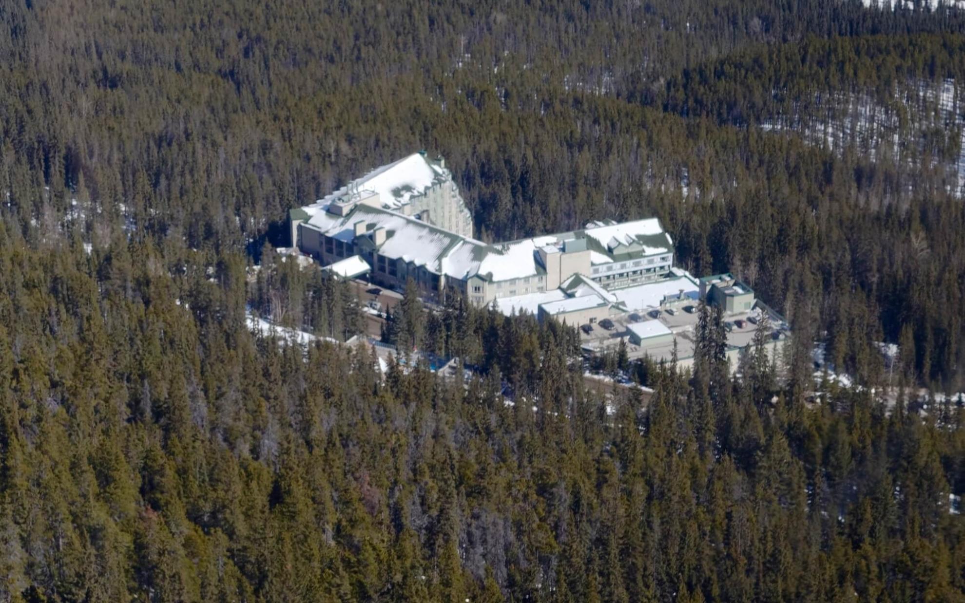 Blick vom Sulphur-Mountain auf das Rimrock-Hotel