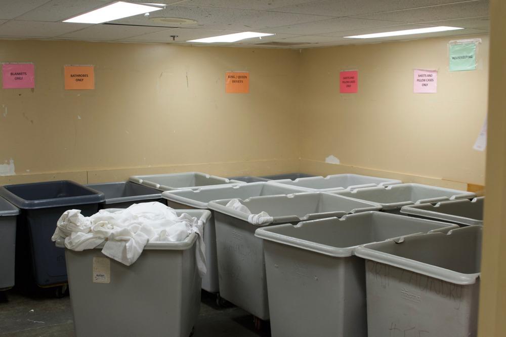 In diesem Raum wird die schmutzige Wäsche gesammelt. Das ist der Normalzustand am Abend...