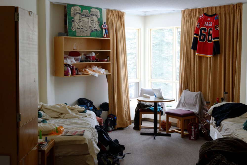So sieht es in unserem Zimmer in der Mitarbeiterunterkunft aus. Ich schlafe im linken Bett.